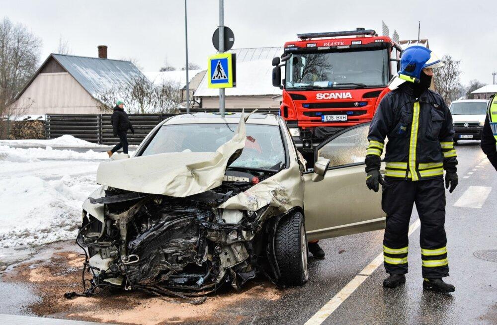 Viljandis põrkas kiirabiauto kokku sõiduautoga