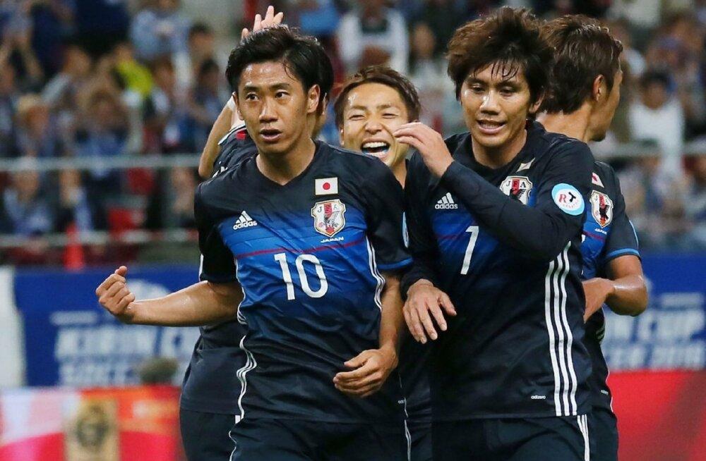 Jaapani suurim staar Shinji Kagawa koos kaaslastega väravat tähistamas.