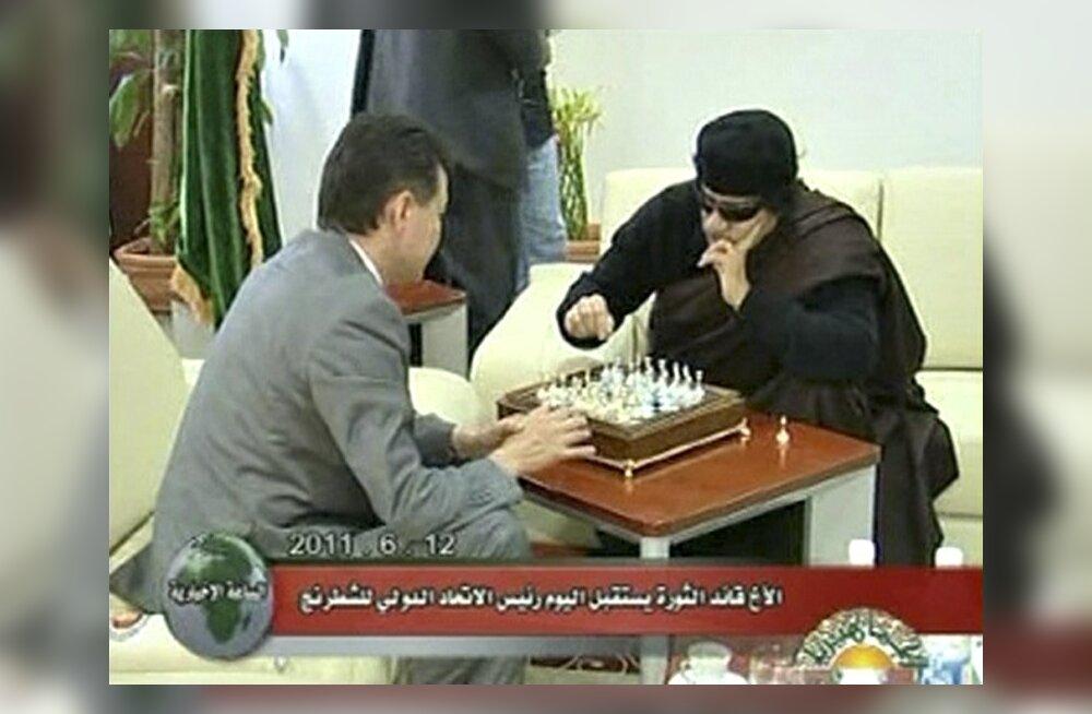 Gaddafi mängis FIDE juhiga punkris pommirahe all malet