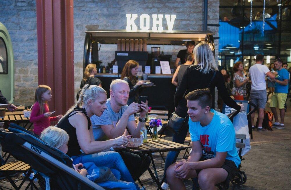 Noored ilmselt ei hooli pühapäeval kodus toidu vaaritamisest, ning turul on palju mõõduka hinnataseme ja huvitava menüüga söögikohti ja ka seltskond rõõmsameelne.