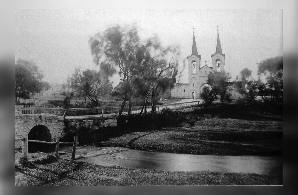 Vaade möödunud sajandi alguses Härjapea jõel asunud kivisillale ja Vana-Kaarli kalmistu väravale.