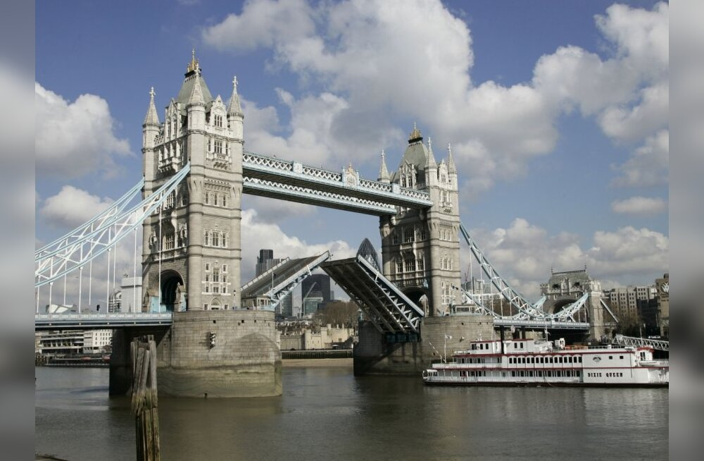 The middle section of Tower Bridge in London is seen raised to allow a ship to sail up the River Thames, Tuesday, April  8, 2008. Tower Bridge is getting a 4 million pound (US$ 8 millions, 5 millions euro) face lift over the next four years. The British l