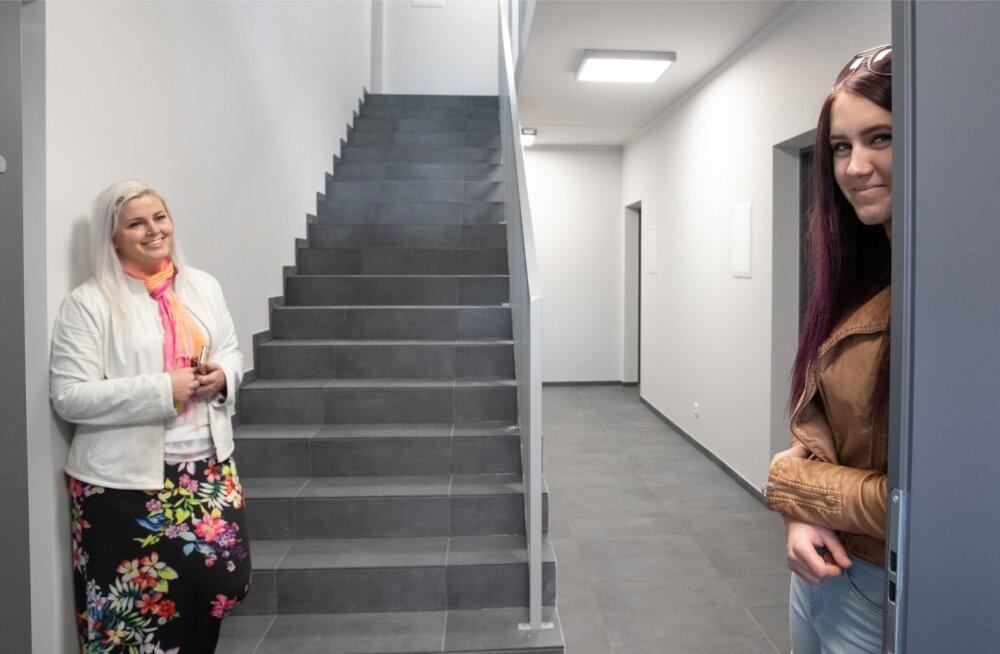 Koksvere üürimaja esimese üürilise Kätlin Rebase (paremal) jaoks oli üürikorter väga mõjuv argument, miks ta Mangeni PM-i farmi tööle tuli. Ettevõtte juhi Maarika Susi sõnul aitavad uued korterid nende töötajaid motiveerida.