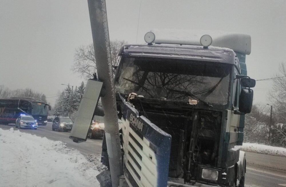 ФОТО: В Нымме грузовик врезался в фонарный столб