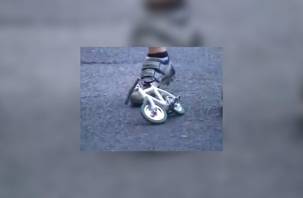 VIDEO: Mees sõidab maailma väikseima jalgrattaga