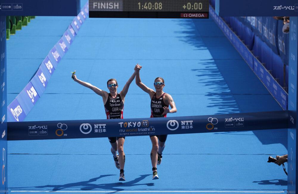 Tokyo triatlonil võidutsenud naised diskvalifitseeriti, sest nad finišeerisid käest kinni hoides