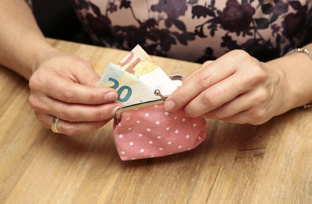 Veerand miljonil inimesel on kuu lõpus pangakontol vähem kui sada eurot