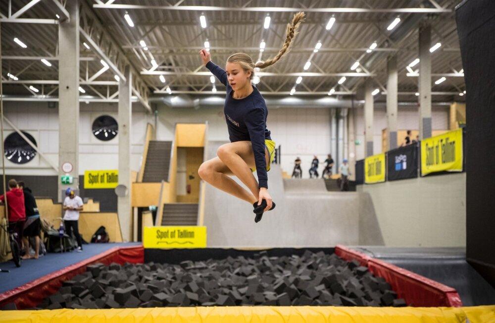 Haare on juba olemas. Kolmapäevases trennis hüppas Kelly Sildaru üle kahe tunni batuudil, et tugevdada vasakut põlve. Peale hüppamise saab ta teha ka pöördeid mõlemale poole ja nagu näha, immiteerida ka suusast võetavat haaret.