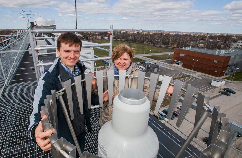 Sander Mirme ja Piia Post peavad TÜ füüsika instituudi uue ilmajaama kõige olulisemaks instrumendiks sadememõõtjat.