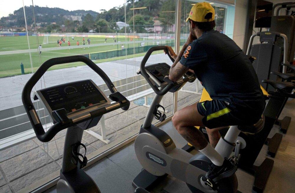Vigastatud Neymar pidi Brasiilia koondise treeningut vaatama läbi akna.