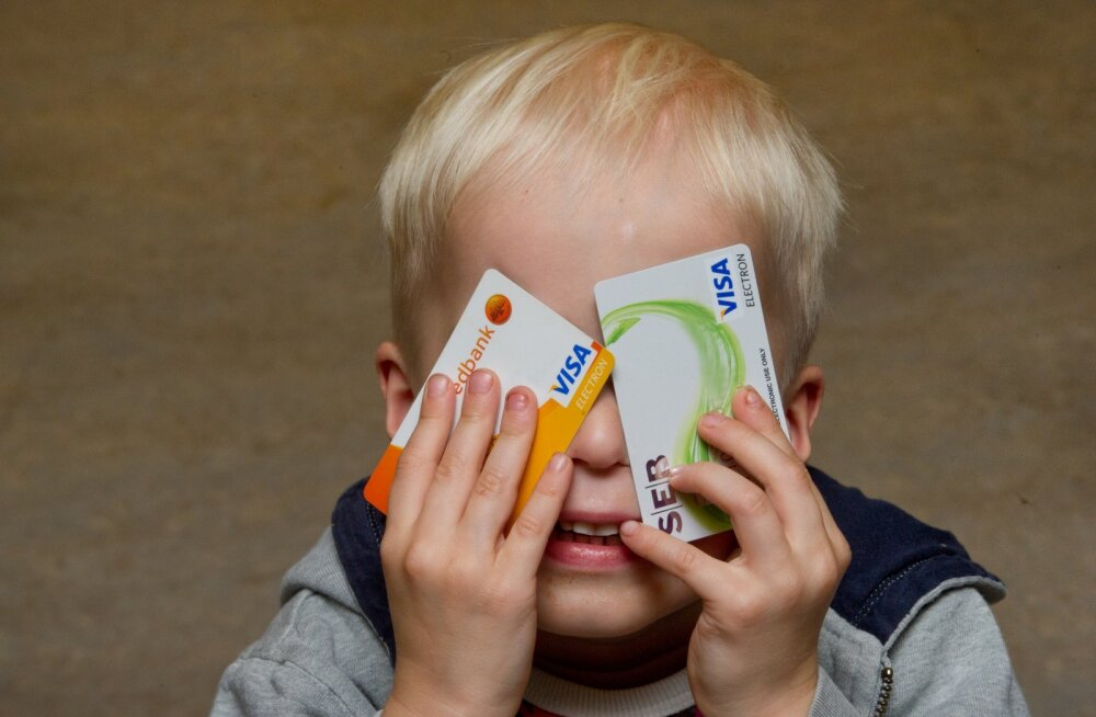 Poiss pangakaartidega