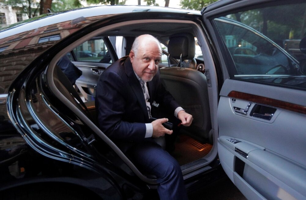 Iraani naftaminister Bijan Zanganeh OPECi kohtumise eel Viinis hotelli saabumas.