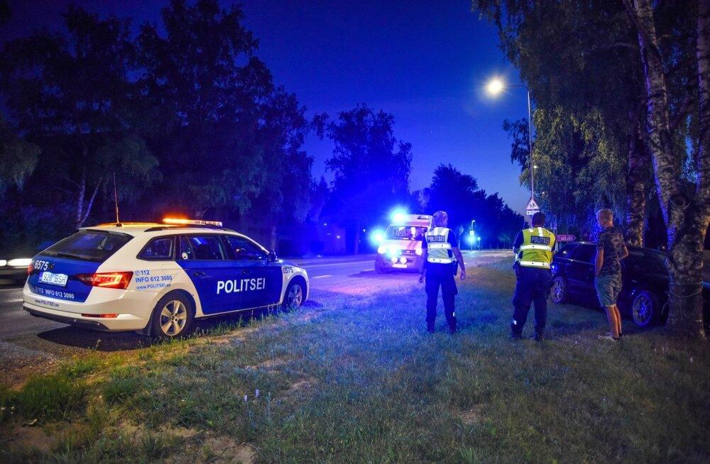 Auto veeres tehnilise rikke tõttu vastu puud, juht ja kaasreisija hüppasid autost välja