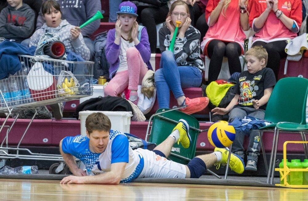 Tartu libero Rait Rikberg põrutas palli päästes isegi läbi toolide, kuid meeskonnal ei olnud kaotusest pääsu.