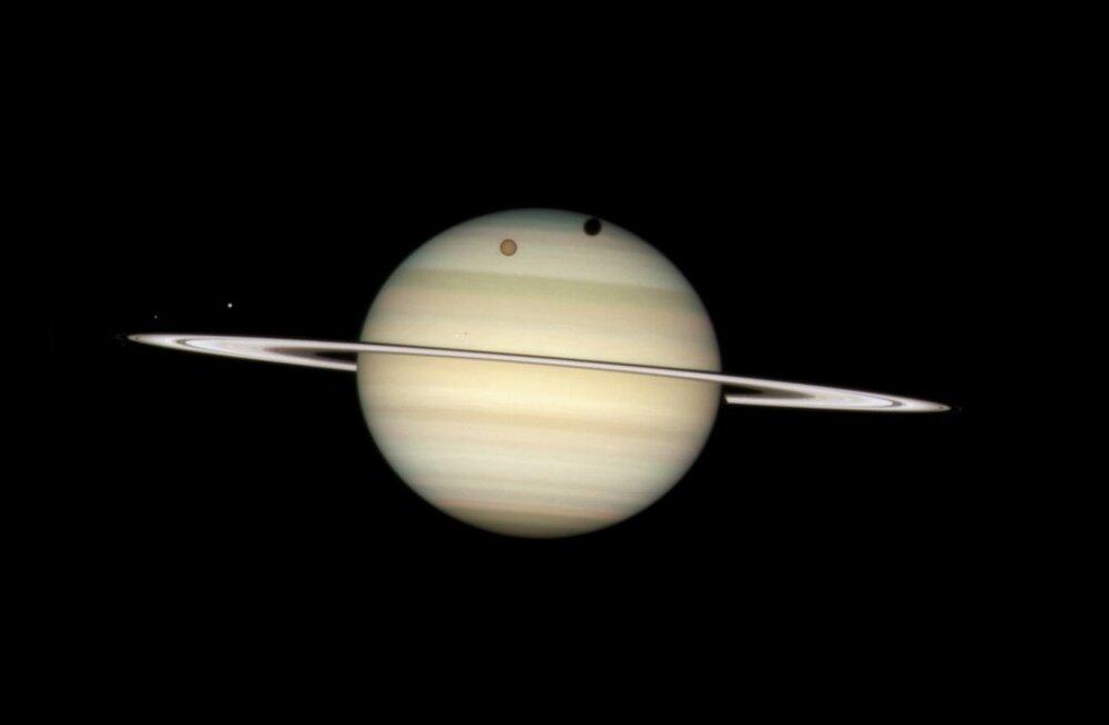 Saturni oranž kuu Titaan planeedile varju heitmas. Foto Ho, Reuters