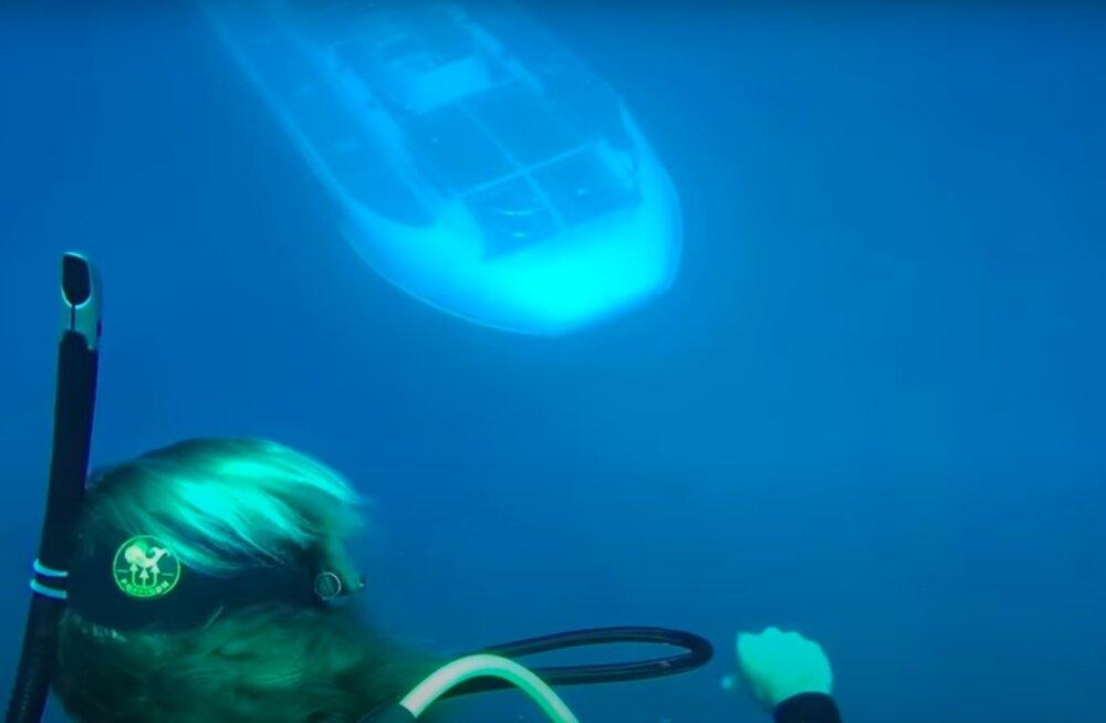 VIDEO | Haruldased kaadrid: vaata, kuidas sukelduja alt allveelaev läbi sõidab