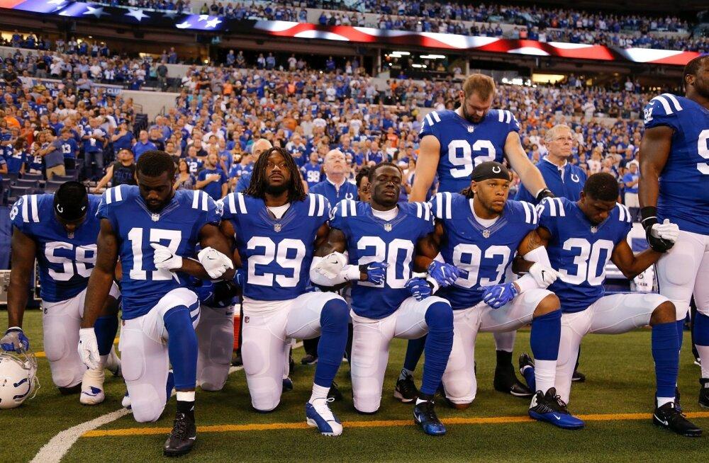Margus Hunt (92) oli ainsa valgena solidaarne Indianapolis Coltsi põlvitavate tumedanahaliste tiimikaaslastega.