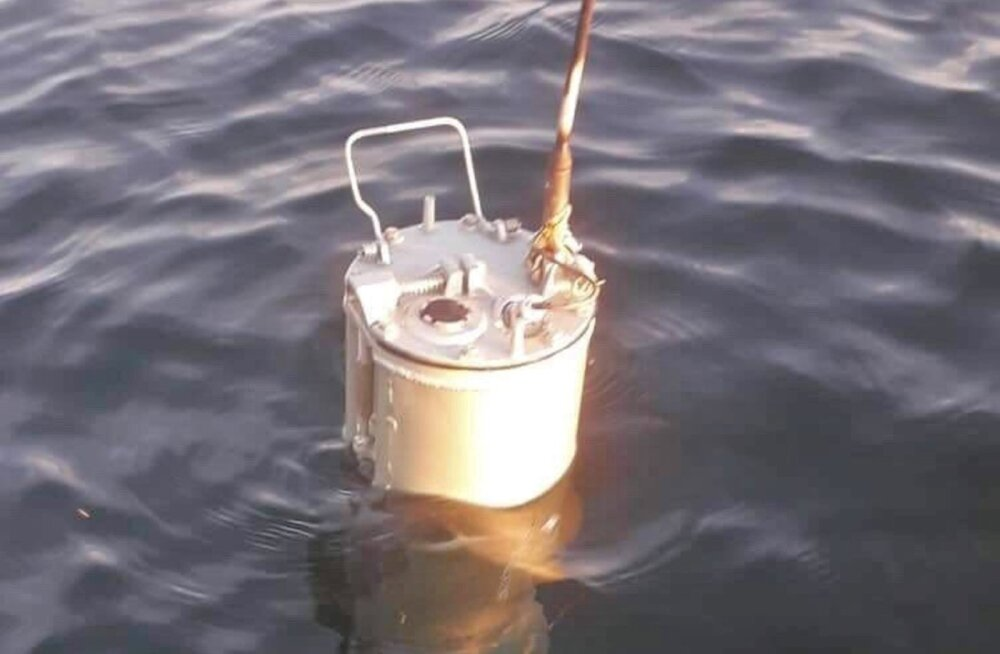 FOTO | Hiiumaa külje all märgati meres venekeelsete kirjadega arvatavat allveelaeva sidepoid