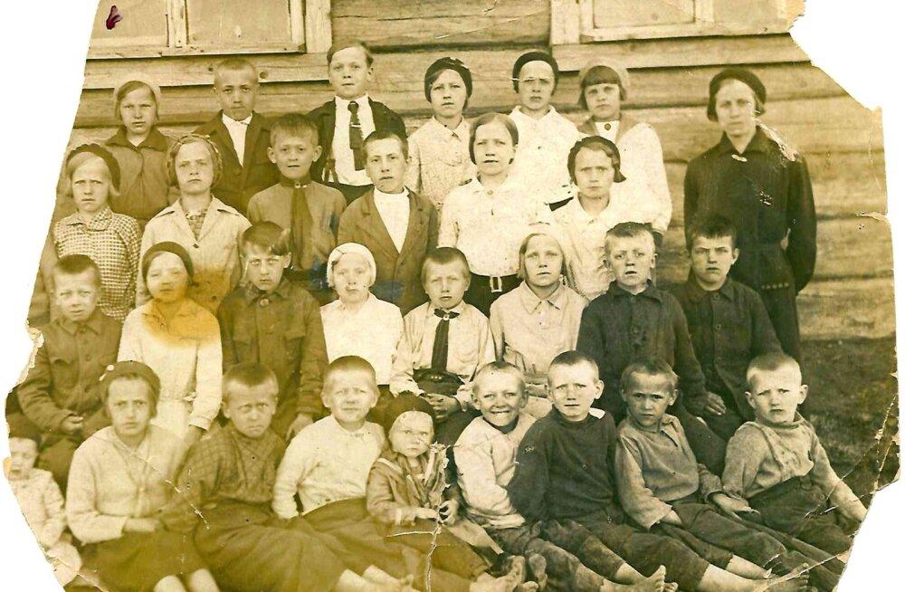 Koduküla kool Korposelkas. Eva Matikainen on tagumises reas vasakult esimene.