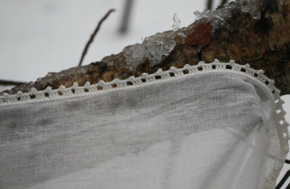 Serva võib heegeldada esemega samas toonis või teha selle hoopiski teist värvi. Maakodu õhuke kardin sai endale heegeldatud serva. Selline kitsas ääristus sobib hästi ka suvise seeliku alumisse äärde.