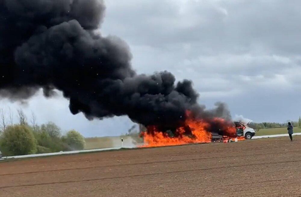 ВИДЕО | В Валгамаа на шоссе загорелся грузовой микроавтобус