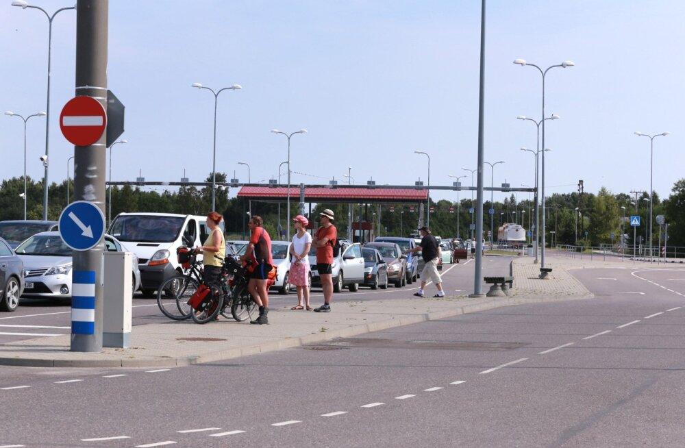 Rohuküla sadamas ootab praamile sõitu pikk autoderivi.
