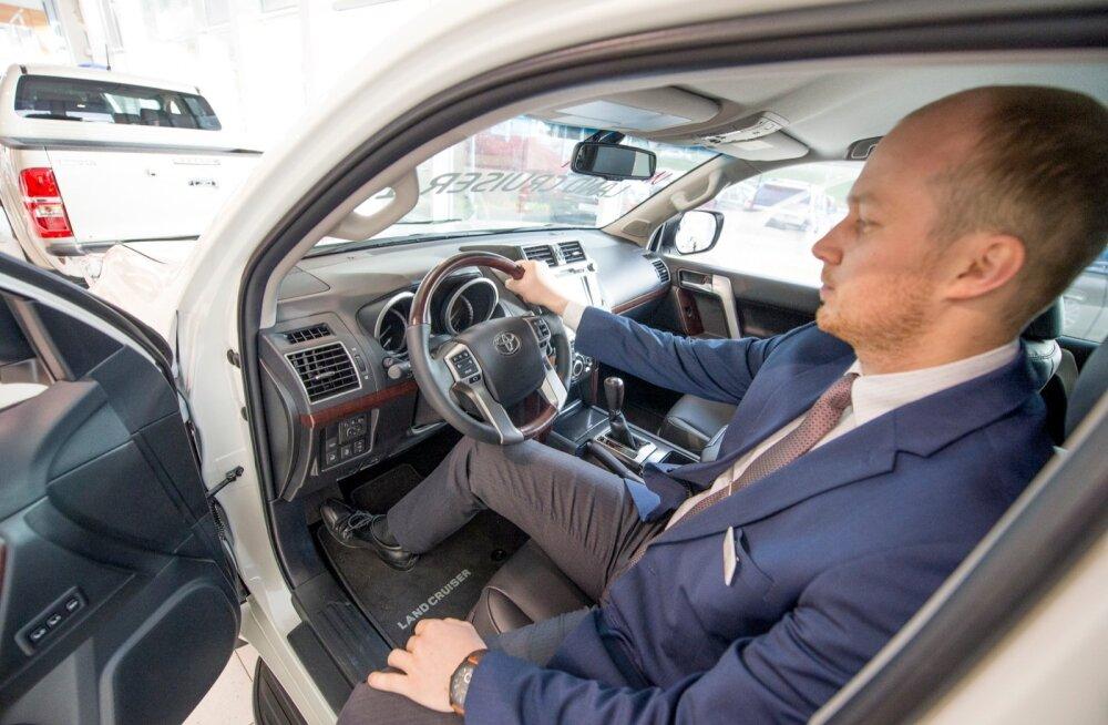 Toyota sortimendis on ainult kaks nelikveoga autot: RAV4 ja Land Cruiser, põllumeeste lemmikauto. Müügisalongist ei välju kumbki neist juurde ostetud lisavarustuseta.