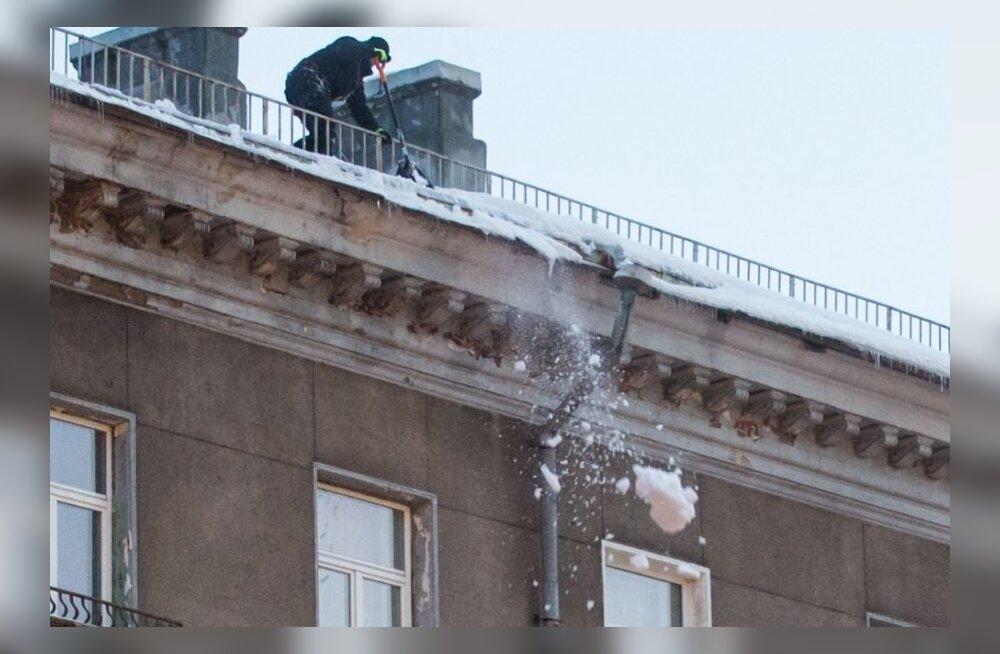 Lume koristamine katuselt