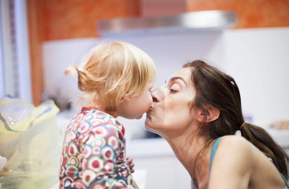 Стоматологи предупреждают: нельзя целовать маленьких детей в губы