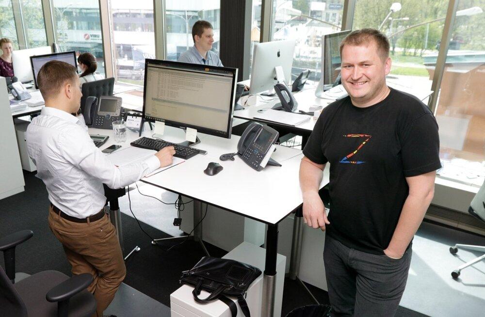 Parima ekportööri Copenhagen Merchants kontoris liigutatakse telefoni teel tuhandeid viljatonne. Esiplaanil ettevõtte juht Indrek Aigro.