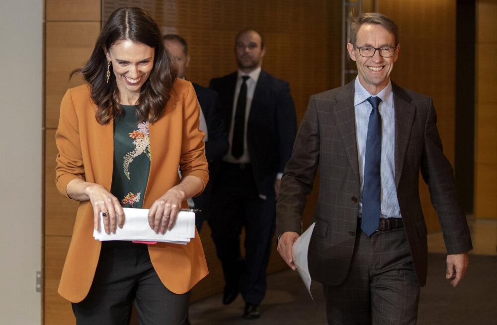Peaminister Jacinda Arder (paremal) ja dr Ashley Bloomfield