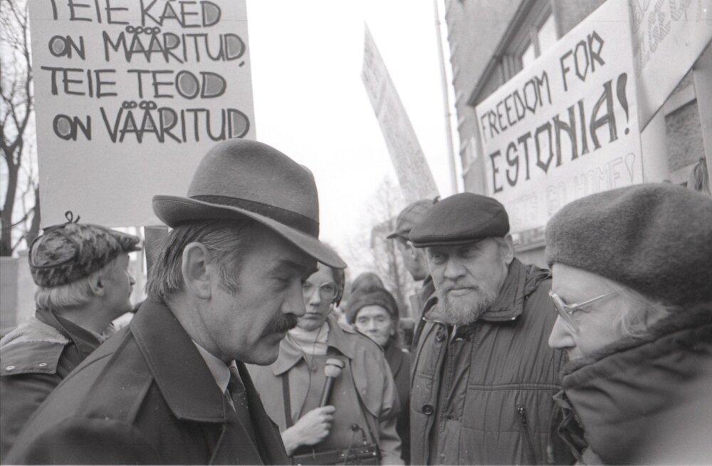 Julgeolekukomitee Tartu osakonna ülem polkovnik Anti Talur kohtumas miitingulistega, teiste seas ka Eesti iseseisvuse eest võiteja, poliitvang Enn Tarto. On aasta 1990.