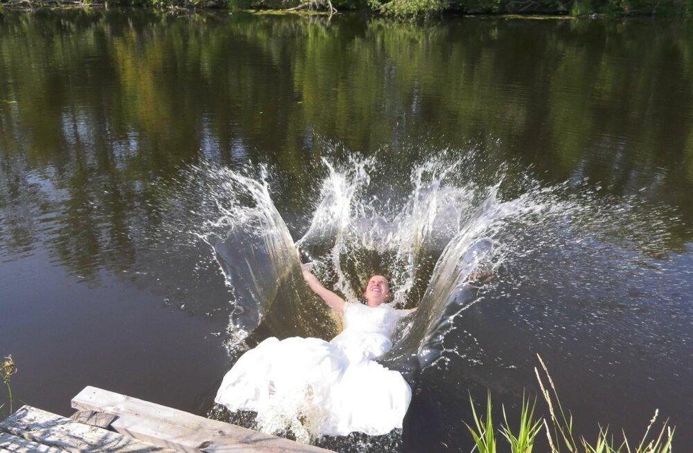 Fotosessiooni lõpetuseks paluvad fotograafid Nelel, pulmakleit seljas, jõkke hüpata. Ta teeb seda mitmeid kordi, et kätte saada parimad kaadrid.