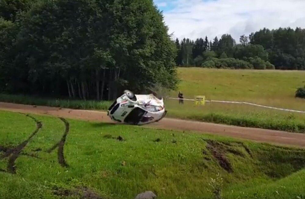 VIDEO: Jaapani rallimees Takamoto Katsuta lendas Rally Estonial üle katuse