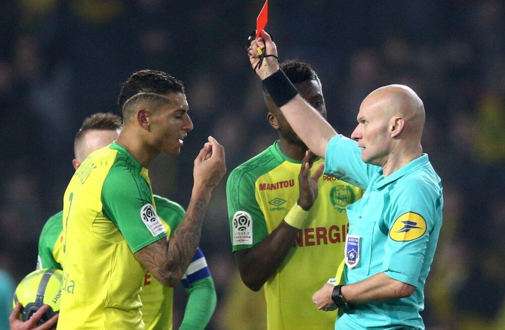 VIDEO | Mängijat jalaga löönud ning talle punase kaardi andnud Prantsusmaa tippkohtunik sai teada karistuse