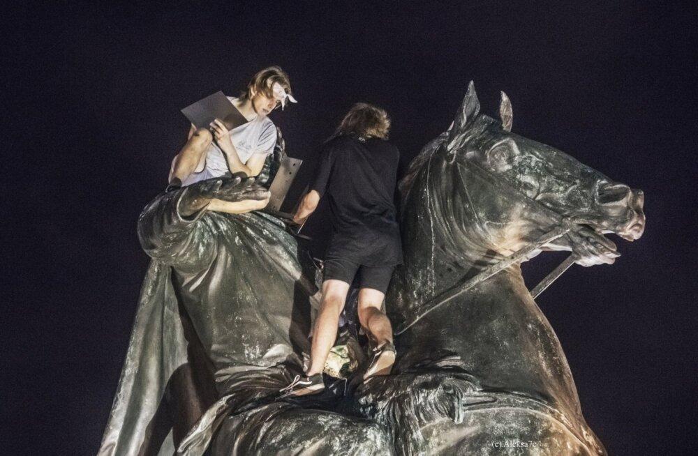 В Санкт-Петербурге ищут вандалов, поднявших к голове Петра I мангал