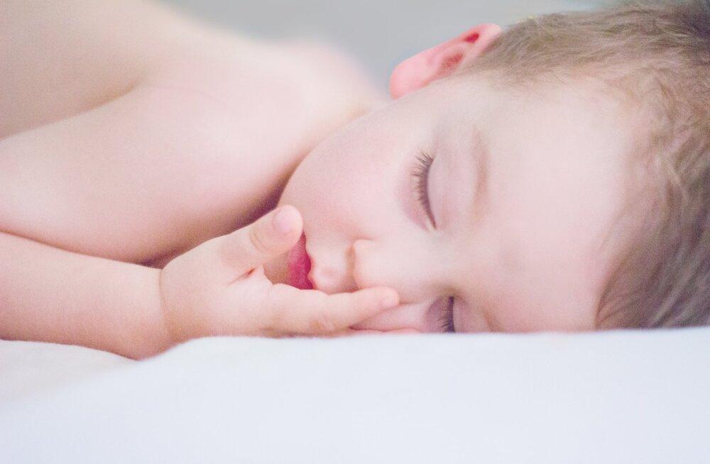 Unetud ööd on paljude emade jaoks valus teema! Põhjalik õpetus, kuidas mudilane lõpuks ometi öö läbi magama õpetada