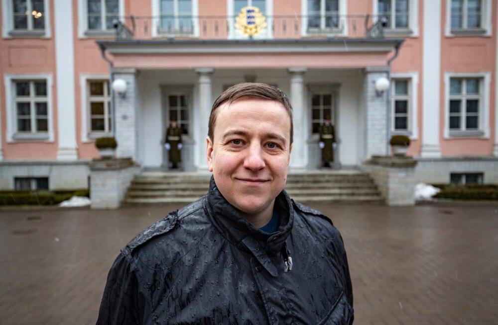 Konstantin Tšadlin sai Eestis varjupaiga, leidis tööd ja võib nüüd rõõmsalt presidendilossi ees poseerida.