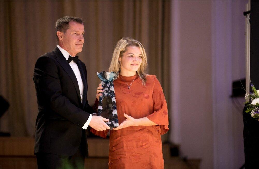 Katrin Loo Jalgpalligala auhinda vastu võtmas
