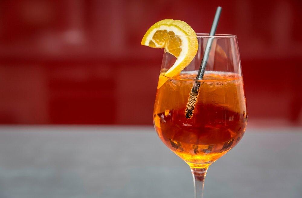 KOKTEILIRETSEPTID | Kas Aperol spritz oli ka sinu selle suve lemmik kokteil? Siin on mõned viisid, kuidas seda väikese vimpkaga nautida