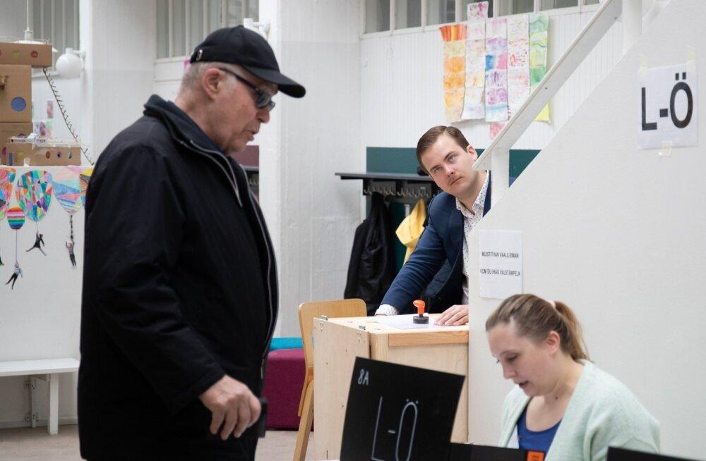 Helsingi Katajanokka valimisjaoskonnas toimuvat jälgis eile hommikul töötaja valvas silm.