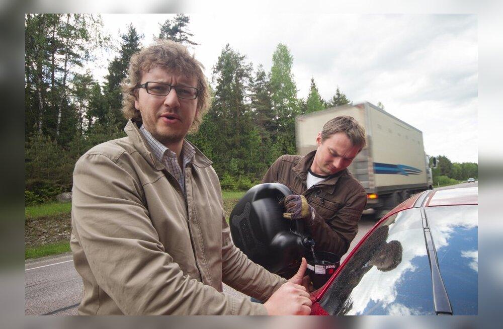 Urmas Oja & Jan Jõgis-Laats TopGear Eesti & Eesti Päevalehe nimel Honda Civicut täppistankimas.