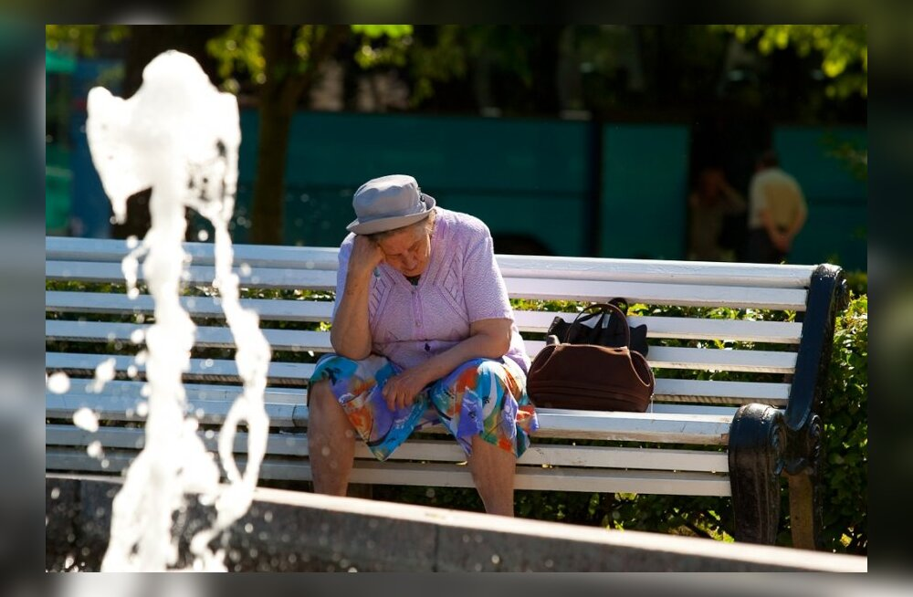 Naine pihib: haige ema hooldamine on mu närvidest ja rahakotist viimsegi viinud...