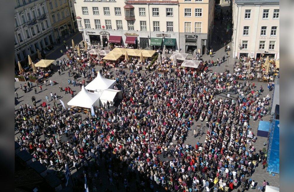 FOTOD: heategevuskontserdil Raekoja platsil kogutakse raha kuulmispuudega lastele