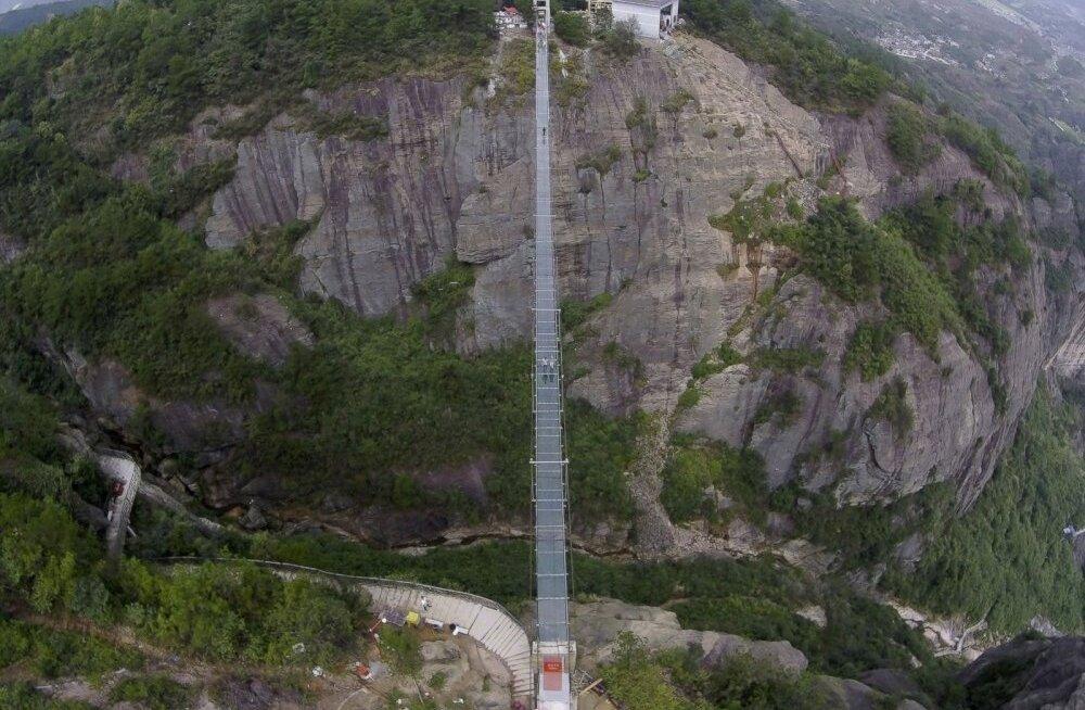 ВИДЕО: В Китае построили самый длинный стеклянный мост в мире