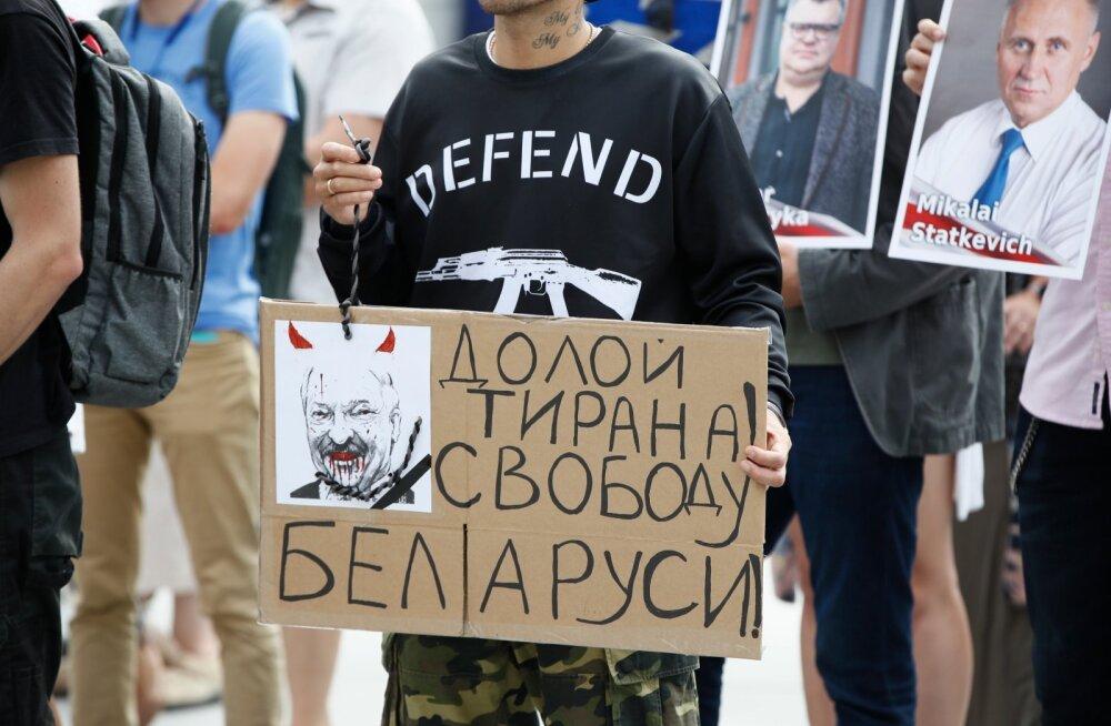 Valgevenelased jätkasid vastupanu hoolimata võimude seatud hiiglaslikule takistusele - riik oli interneti kodanikelt ära võtnud.
