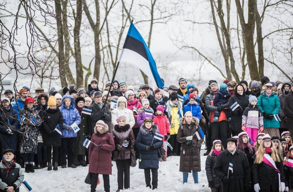 Eesti lipu austamise tseremoonia Tartu Tähetorni juures