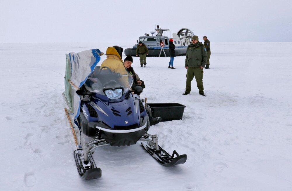 Politsei- ja Piirivalveameti hõljuki meeskond Peipsi järvejääl kalureid kontrollimas