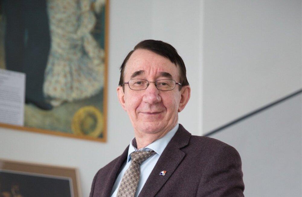 Prantsuse lütseumi direktor Lauri Leesi paneb ameti maha ja lubab hakata pensionipõlve pidama.