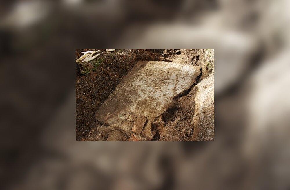 Kraavikaevajad leidsid kaks sajandit kadunud olnud ruunikivi